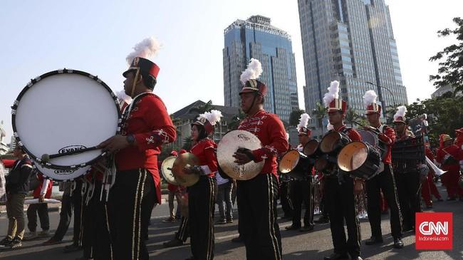 Selain mengibarkan bendera 200 meter, relawan juga menghadirkan drum band dalam acara syukuran.(CNN Indonesia/Safir Makki)