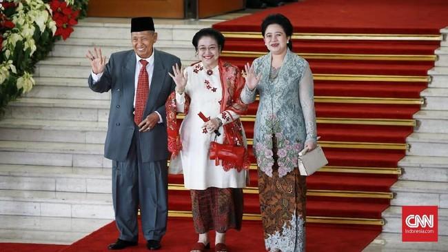 Puan Maharani terlihat elegan dengan menggunakan kebaya modern berwarna biru. (CNN Indonesia/Andry Novelino)
