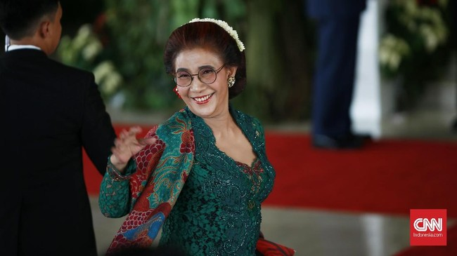 Susi Pudjiastuti memilih memakai kebaya bernuansa hijau dan sedikit warna merah di dalamnya. Busana ini juga rancangan dari Anne Avantie. (CNN Indonesia/Andry Novelino)