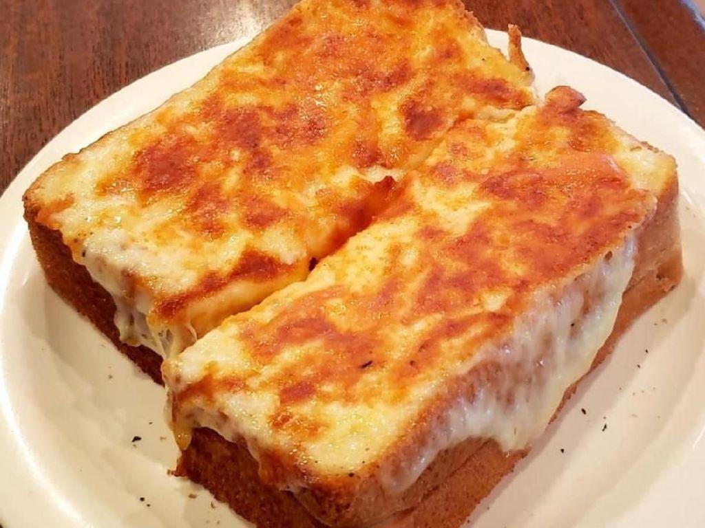 Buat pencinta keju, bisa dipadukan sekaligus dua keju. Keju mozzarella dan keju smoked cheddar. Gurihnya mantap. Foto Instagram @hikari_imaizumi