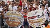 Marc Marquez merayakan kemenangan di MotoGP Jepang 2019, kemenangan yang membuat Honda memastikan merebut gelar juara dunia konstruktor di MotoGP 2019. (AP Photo/Christopher Jue)