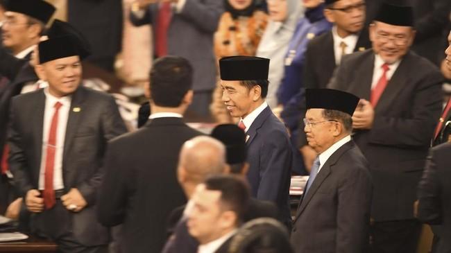 Jokowi berjalan bersama Jusuf Kalla, Wakil Presiden periode 20014-2019. Jusuf Kalla resmi purnatugas digantikan Ma'ruf Amin sebagai orang nomor dua di RI.(ANTARA FOTO/Akbar Nugroho Gumay/hp)
