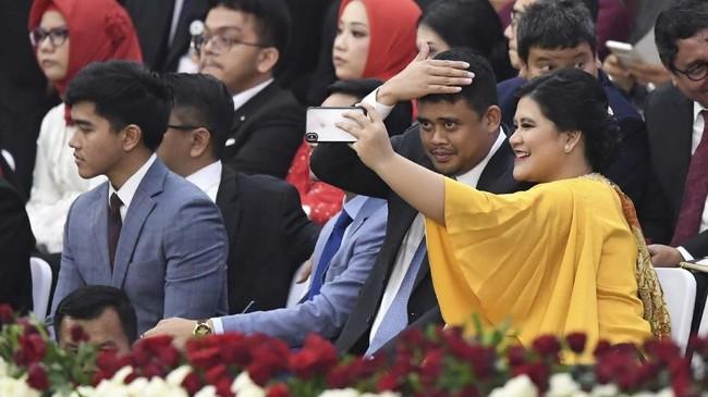 Jokowi didampingi keluarganya, tampak putri Jokowi, KahiyangAyu dan suaminya, Bobby Nasution di antara barisan tamu yang hadir. (ANTARA FOTO/Akbar Nugroho Gumay/hp)