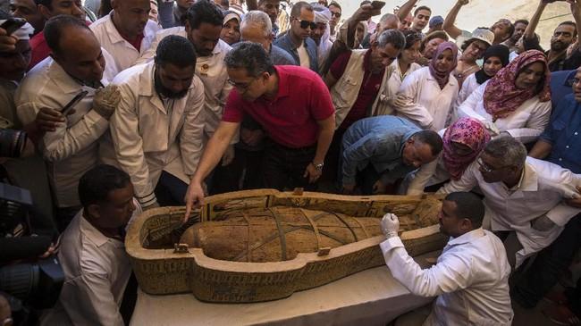 Salah satu peti mati dengan mumi seorang anak muda ditemukan tidak lengkap dan tidak dicat.(Photo by Khaled DESOUKI / AFP)