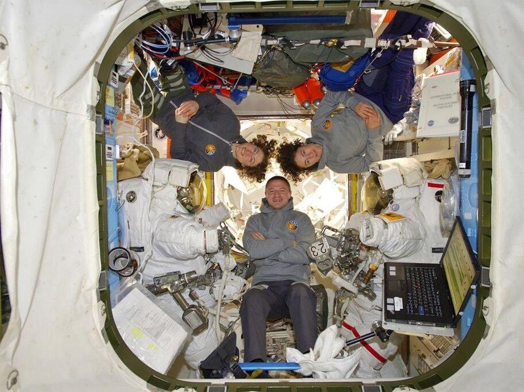 yang bertugas mengganti komponen baterai yang error di bagian luar ISS. Foto: AP