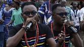 Alese Kehinde Akat (kiri) and AleseTaiwo Akat (kanan) tampil dalam festival anak kembar di Igbo-Ora, Nigeria. (AFP/Pius Utomi Ekpei)