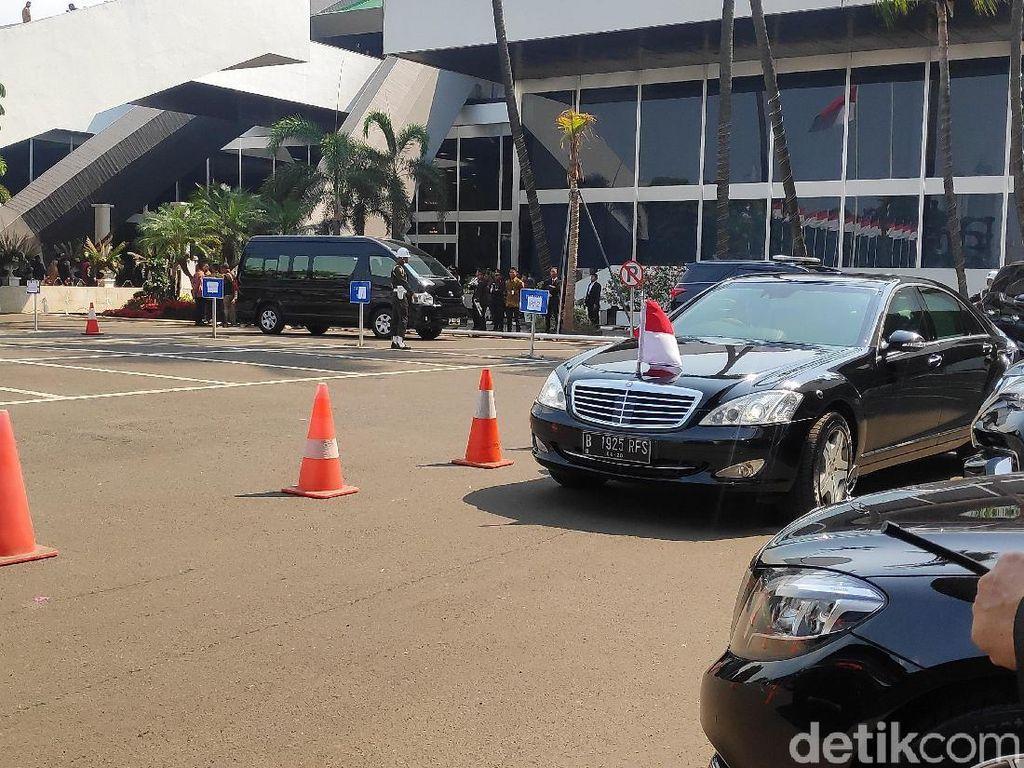 Awalnya mobil dinas Mercedes-Benz Maruf Amin tiba lebih dulu beserta rombongan mobil paspampres pada pukul 14.07 WIB.