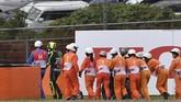 Valentino Rossi berjalan meninggalkan trek usai mengalami kecelakaan saat MotoGP Jepang 2019 menyisakan empat lap. (Toshifumi KITAMURA / AFP)