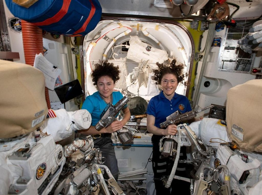 Melihat Spacewalk Bersejarah Dua Astronaut Wanita