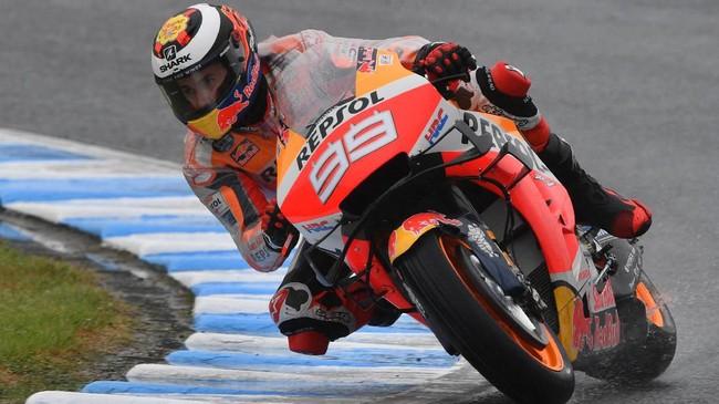 Jorge Lorenzo beraksi di babak kualifikasi MotoGP Jepang. Lorenzo mencoba untuk bisa meraih hasil bagus setelah selama ini tidak bisa finis di posisi 10 besar. (Photo by Toshifumi KITAMURA / AFP)