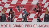 Marc Marquez, Fabio Quartararo, dan Andrea Dovizioso menyemprotkan sampanye di atas podium MotoGP Jepang 2019. (AP Photo/Christopher Jue)