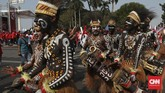 Tari-tarian dari berbagai daerah juga dihadirkan dalam acara syukuran relawan Jokowi di Monas.(CNN Indonesia/Safir Makki)
