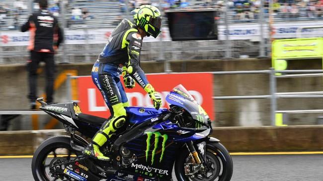 Valentino Rossi tampil mengecewakan di babak kualifikasi. Rossi bakal start dari posisi ke-10.(Photo by Toshifumi KITAMURA / AFP)