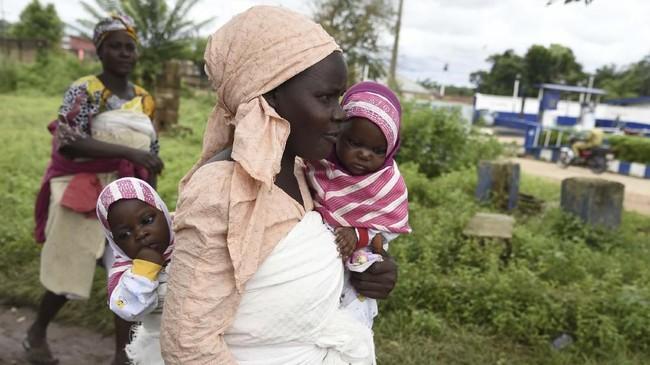 Untuk merayakan gelar yang diklaimnya, kota ini menyelenggarakan festival tahunan - sekarang masuk tahun ke-dua, yang didatangi ratusan orang kembar dari seluruh negeri. (AFP/Pius Utomi Ekpei)