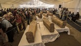 Arkeolog Mesir saat konferensi media pada Sabtu (19/10) mengungkap temuan sebuah kuburan langka berisi 30 peti mati kuno di Lembah Para Raja Luxor, Asasif sebuah necropolis di tepi barat Sungai Nil.(Photo by Khaled DESOUKI / AFP)