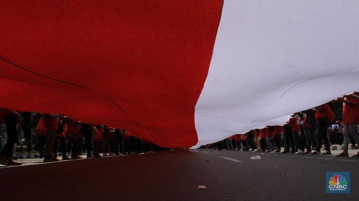 Pengibaran Bendera Merah Putih Sepanjang 200 Meter di Silang Patung Kuda, 20 Oktober 2019 (CNBC Indonesia/Tri Susilo)