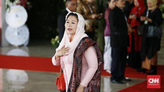 Nuansa pink mendominasi busana pilihan Yenny Wahid di hari pelantikan Presiden 2019. Dia juga menambahkan kerudung pink dan selendang batik. ( CNN Indonesia/Andry Novelino)