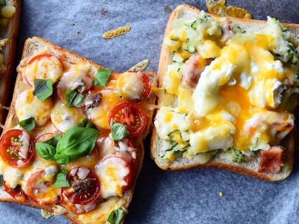 Tomat yang asam segar jadi paduan pas buat gurih keju. Dipadukan dalam topping roti panggang, puas makannya. Foto Instagram @ally_sandwich