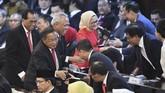 Sejumlah menteri kabinet kerja bersiap mengikuti upacara pelantikan Presiden Joko Widodo dan Wakil Presiden Ma'ruf Amin di Gedung Nusantara, kompleks Parlemen. (ANTARA FOTO/Akbar Nugroho Gumay/aww)