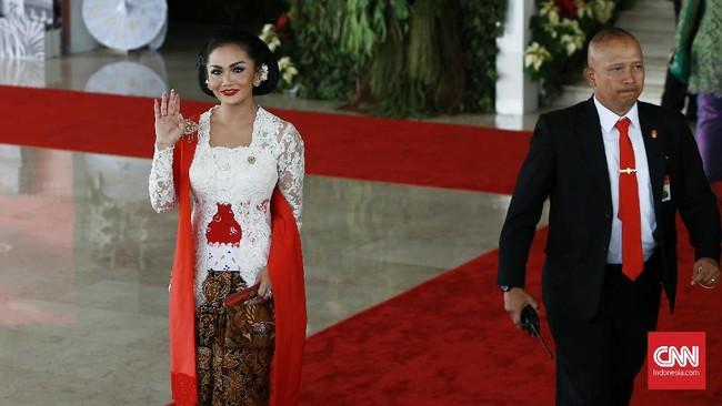 Krisdayanti memilih memakai kebaya bernuansa merah putih. Kebaya ini merupakan rancangan dari desainer Anne Avantie. (CNN Indonesia/Andry Novelino)