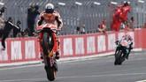 Marc Marquez melakukan wheelie saat mengalahkan Fabio Quartararo di MotoGP Jepang 2019 dengan keunggulan 0,8 detik. (Toshifumi KITAMURA / AFP)