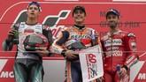Fabio Quartararo, Marc Marquez, dan Andrea Dovizioso berpose di atas podium MotoGP Jepang 2019. (AP Photo/Christopher Jue)