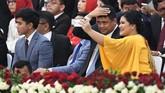 Putri Jokowi memilih memakai busana berwarna kuning cerah dengan detail payet dan lengan lebr. (ANTARA FOTO/Akbar Nugroho Gumay)