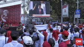 Riuh Relawan saat Nobar Pelantikan Jokowi di Seberang Monas