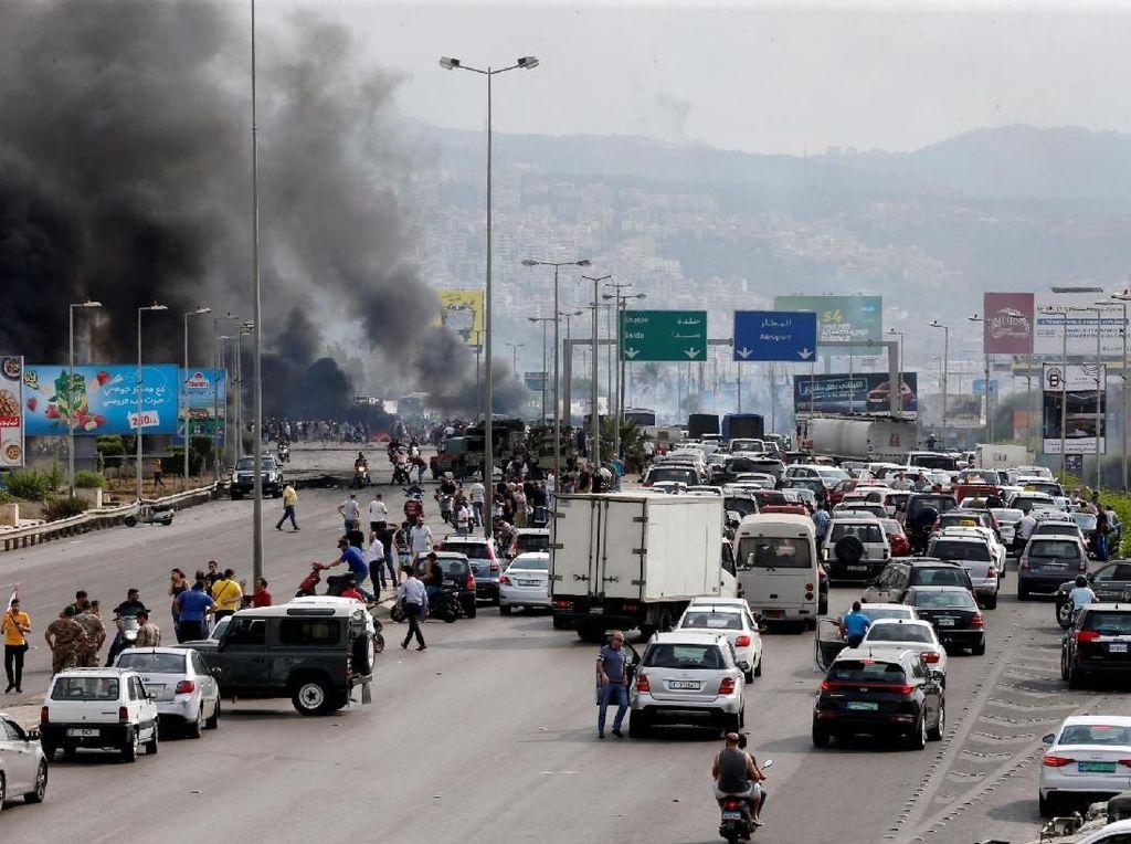 Politisi membunuh kami. Semuanya mahal, tidak ada pekerjaan, tidak ada uang, tidak ada apapun, sebut seorang demonstran berusia 23 tahun, Khaled Dokmak. Foto: Reuters