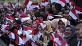 Pegawai Istana menyambut kedatangan Jokowi yang kembali ke Istana usai dilantik di Komplek MPR/DPR.(AP Photo/Dita Alangkara)