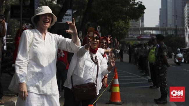 Relawan yang menghadiri syukuran pelantikan Jokowi datang dari berbagai daerah. Relawan menggelar acara di kawasan Monumen Nasional. (CNN Indonesia/Safir Makki)