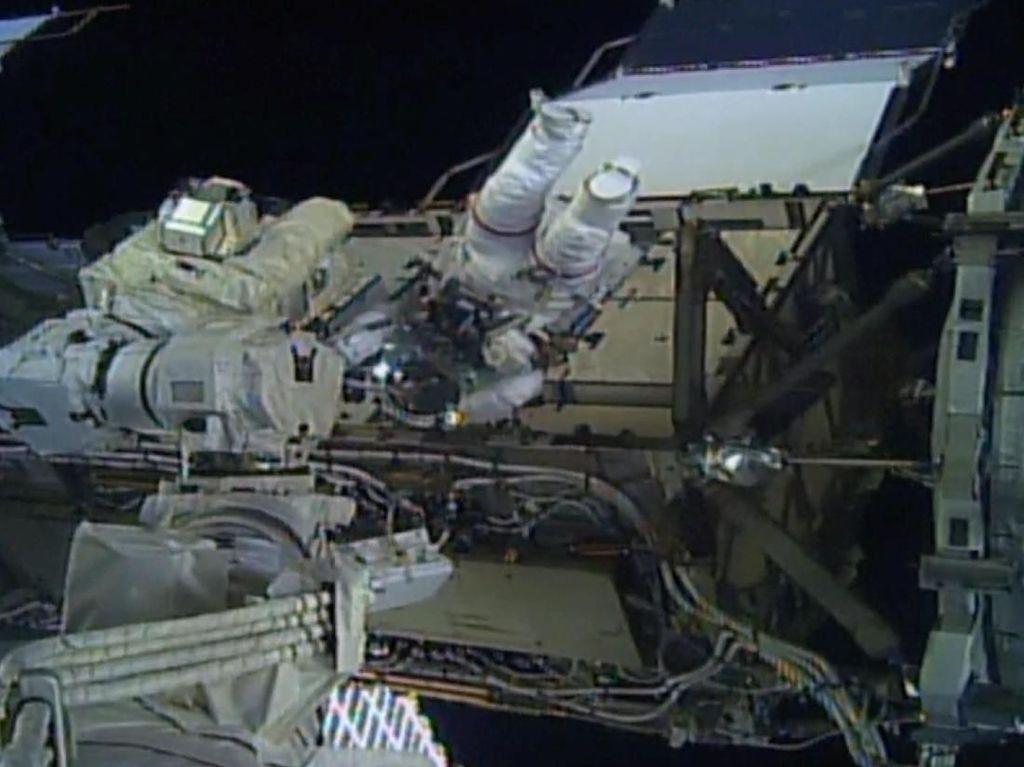 Kami tidak ingin mengambil banyak kredit karena ada beberapa spacewalker wanita sebelum kami. Ini hanyalah pertama kali bahwa ada dua wanita di luar pada saat yang sama, kata Meir. Foto: Reuters