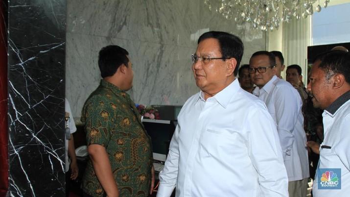 Prabowo Subianto datang ke Istana Negara bersama dengan Edhy Prabowo untuk bertemu Jokowi. Keduanya menggunakan kemeja putih.