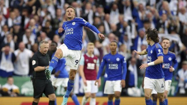 Jamie Vardy mencetak gol keenam pada musim ini. Penyerang timnas Inggris itu menjadi salah satu pencetak gol Leicester City ke gawang Burnley.The Foxes menang 2-1 atas The Clarets. (Nigel French/PA via AP)