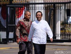 Jelang Pengumuman Kabinet, Mahfud MD Sambangi Istana Pakai Kemeja Putih