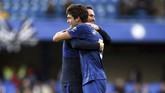Marcos Alonso berpelukan dengan manajer Chelsea Frank Lampardsetelah menjadi pencetak gol kemenangan Chelsea atas Newcastle United. Kemenangan 1-0 atas Newcastle membuat Chelsea masih berada di zona empat besar.(Steven Paston/PA via AP)