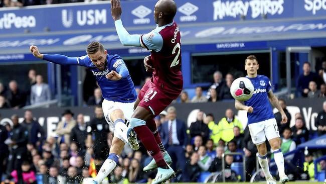 Gylfi Sigurdson menggandakan keunggulan Everton atas West Ham United di pengujung laga. Kendati menang 2-0 atas The Hammers, The Toffees masih menempati papan tengah mendekati zona degradasi.(AP Photo/Jon Super)