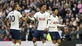 Harry Kane memberi selamat kepada Dele Alli yang membuat gol penyama kedudukan ketika Tottenham Hotspur menjamu Watford.The Lilywhites harus puas bermain imbang 1-1 dengan Watford di Stadion Tottenham Hotspur. (Jonathan Brady/PA via AP)