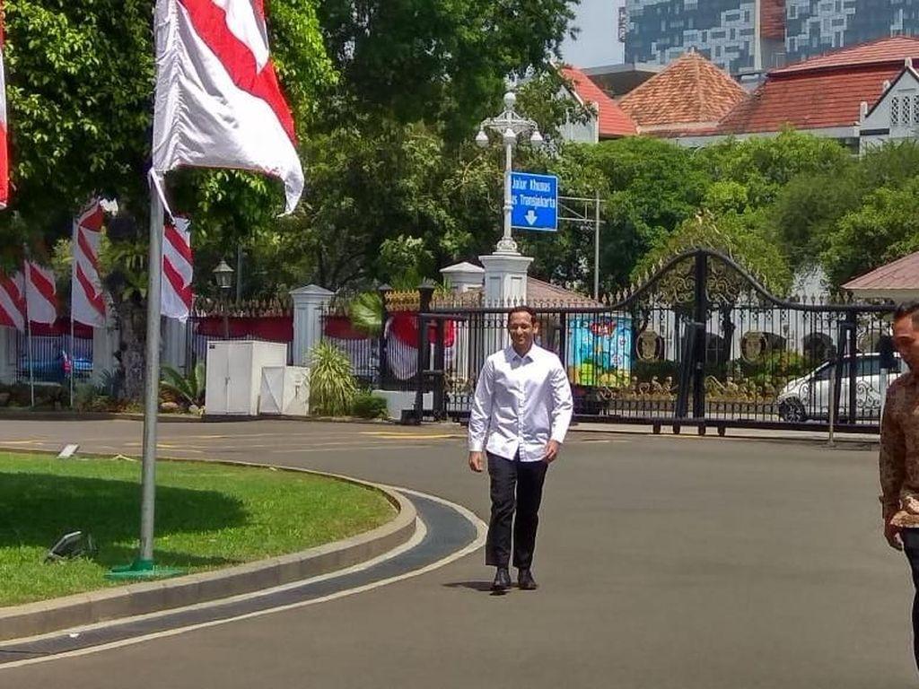 Nah, Nadiem tampil berkemeja putih saat datang ke istana dipanggil presiden Jokowi. (Foto: Trio Hamdani/detikcom)