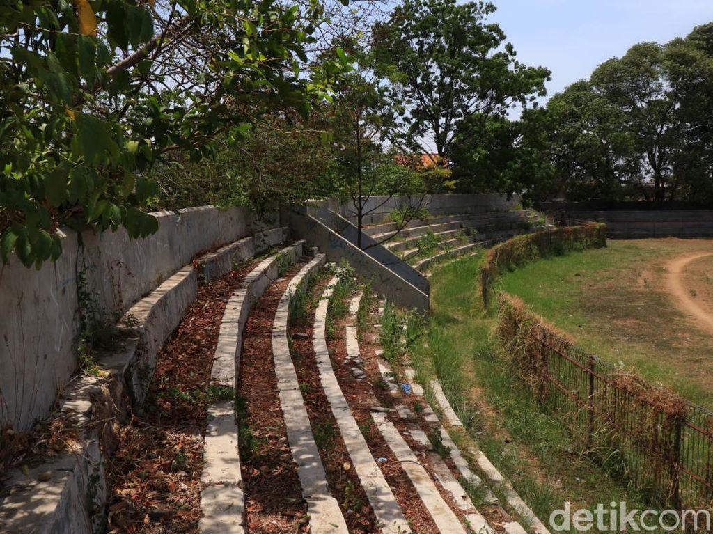 Begitu pun dengan tribun stadion yang mulai ditumbuhi rumput liar, gerbang yang rusak, tembok stadion yang jebol dan sejumlah fasilitas pendukung lainnya yang mulai rusak.