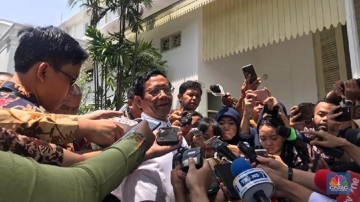 Mantan Ketua Mahkamah Konstitusi dan pemerhati hukum Mahfud MD kembali dipanggil ke istana negara oleh Presiden Joko Widodo.