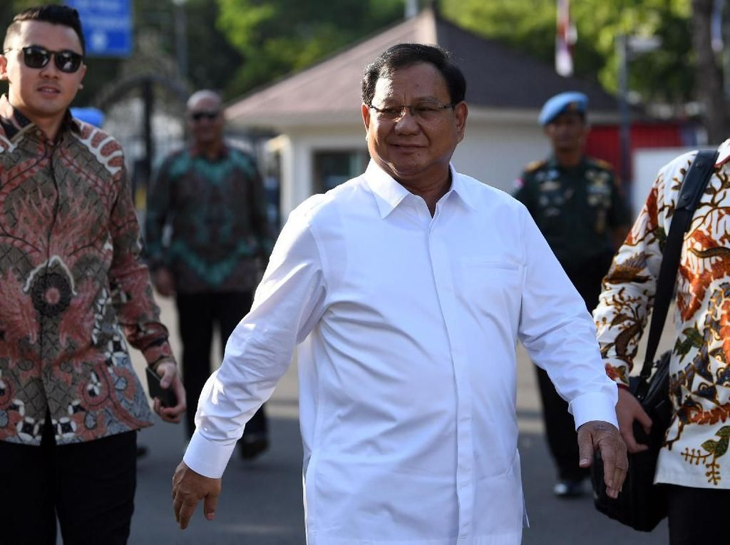 Ia mengatakan dirinya diminta Jokowi untuk membantu di bidang pertahanan. Ia pun mengatakan akan siap bekerja keras saat dilibatkan dalam pemerintahan. Prabowo datang dengan didampingi Waketum Gerindra Edhy Prabowo.
