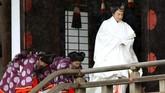 Kaisar Naruhito didampingi sejumlah abdi kaisar yang membawa beberapa pusaka kekaisaran seperti pedang dan permata. (Kyodo News via AP)