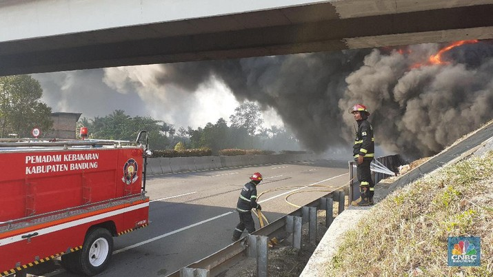 Polisi melakukan rekayasa lalu lintas di Tol Puerbaleunyi.