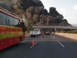 Hitam Legam Asap Kebakaran Akibat Meledaknya Pipa Pertamina