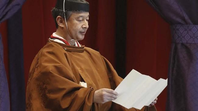 Dalam kegiatan puncak, Naruhito mengenakan jubah kekaisaran lengkap dengan mahkota dan membaca sumpah kekaisaran. (Photo by STR / Japan Pool via Jiji Press / AFP) / Japan OUT