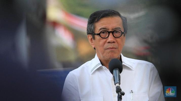 Menteri Hukum dan HAM Yasonna H Laoly ternyata telah mencopot Ronny F Sompie dari kursi Direktur Jenderal Imigrasi Kemenkumham.