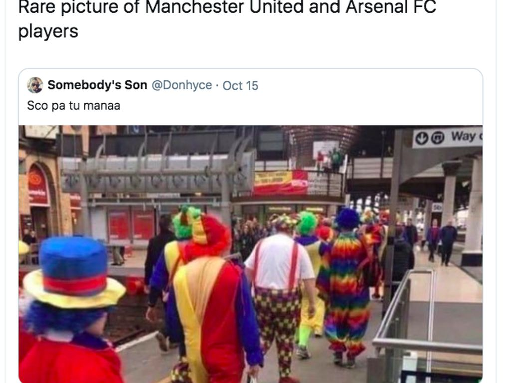 Pemain Arsenal dan MU digambarkan seperti badut karena terus menelan hasil buruk. Foto: Twitter