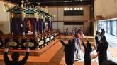Upacara itu dihadiri oleh 2000 tamu undangan dari dalam dan luar negeri, termasuk Wakil Presiden Indonesia, Ma'ruf Amin. (Kazuhiro Nogi/Pool Photo via AP)