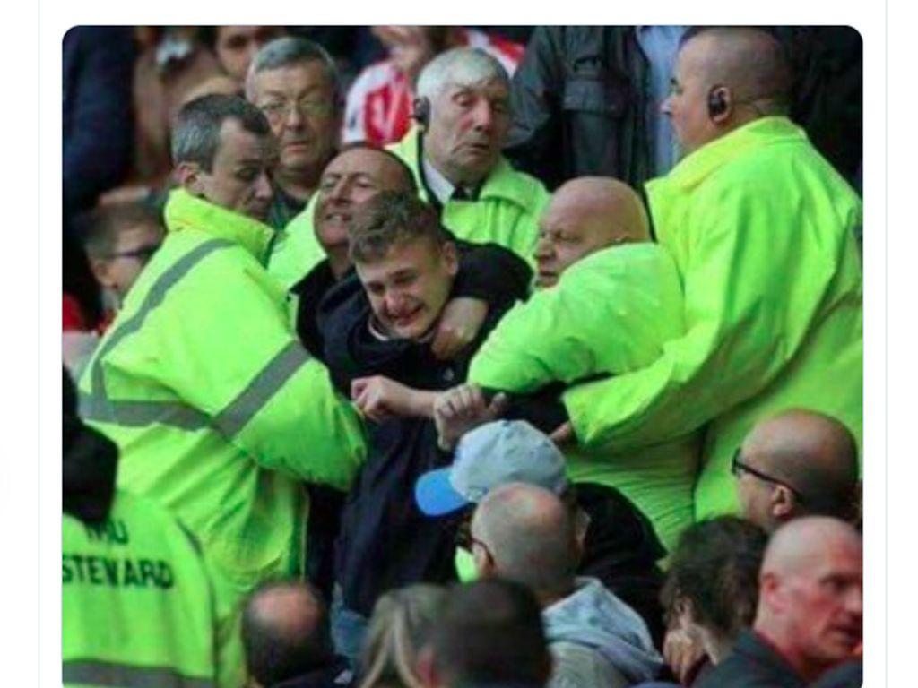 Fans Arsenal sampai ditahan agar tetap mau menyaksikan pertandingan hingga akhir. Foto: Twitter
